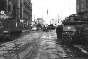 checkpoint-charlie-soviet-us-tanks-1961