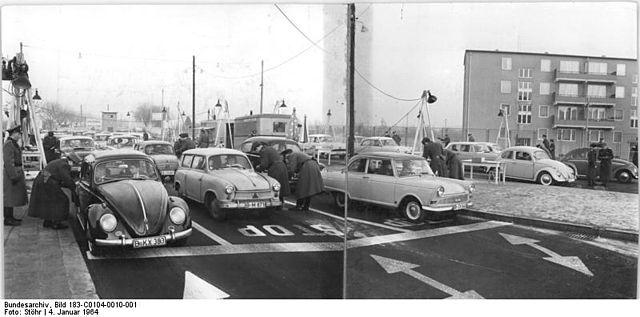 sonnenallee-border-crossing-1964